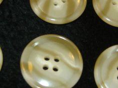 30 Stück Jackenknöpfe,4 Loch Gelbtöne Muster gestreift,Durchmesser ca.25 mm,Neu,Lübecker Knopfmanufaktur von…