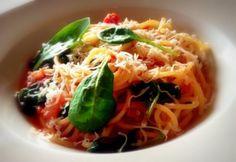 Hétköznap általában kevés időnk van főzni, valami meleget mégis kívánunk. Ilyenkor jön jól egy csomag tészta. Zseniális ebédötletek, szupergyors tésztavacsorák következnek. Spagetti Recipe, Tortellini, Japchae, Spaghetti, Meat, Chicken, Ethnic Recipes, Food, Drink