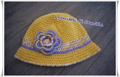 cappellino a uncinetto da bimba con fiore