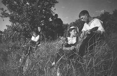 На колхозной массовке в честь выборов в Верховный Совет РСФСР. Колхозный гитарист, 1938 г., Куйбышевская обл.