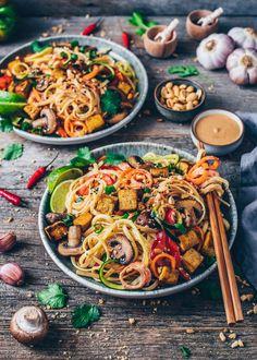 Vegan Pad Thai with crispy tofu, vegetable noodles, creamy peanut sauce recipe. Quick and easy, healthy, delicious. More from my siteVegan Pad Thai with vegetable noodles & tofu – Bianca Zapatka Thai Recipes, Greek Recipes, Sauce Recipes, Vegetarian Recipes, Dinner Recipes, Vegetable Recipes, Mexican Food Recipes, Italian Recipes, Healthy Recipes