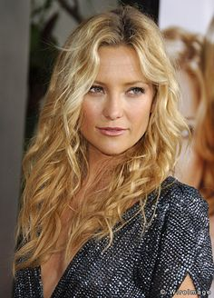 Golden blonde hair like Kate Hudson, you might be a Light Spring or Light Summer, or possibly a Warm Spring. Cabelo Kate Hudson, Kate Hudson Hair, Hot Beauty Hair, Curly Hair Styles, Natural Hair Styles, Natural Beauty, Natural Makeup, Golden Blonde Hair, How To Curl Your Hair