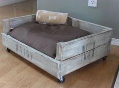 Un canapé pour chien en palette !  http://www.homelisty.com/meuble-en-palette/                                                                                                                                                     Plus