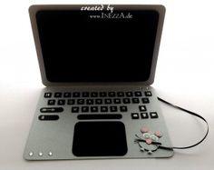 """Ein wunderbares Geldgeschenk für einen Laptop. Das Geld wird hinter dem Monitor """"versteckt""""."""