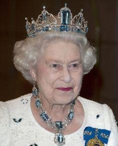 Les plus imposants diadèmes du Gotha - Noblesse & Royautés - La reine Elizabeth portant un diadème d'aigues-marines et diamants