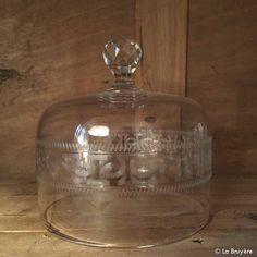 Ancienne cloche à fromages en cristal avec motifs en guirlande gravés.