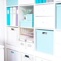 Domowe biuro, biały regał, Ikea Kallax, miętowe dodatki.