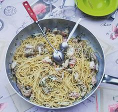 Spaghetti con le cicale. Noi ci mettiamo anche un filo d'olio a crudo.