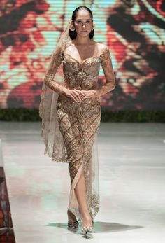 The Ritz-Carlton Wedding Fair 2014 – Anne Avantie – The Actual Style Kebaya Modern Dress, Kebaya Dress, Batik Kebaya, Batik Dress, Mermaid Dresses, Prom Dresses, Wedding Dresses, Kebaya Wedding, Javanese Wedding
