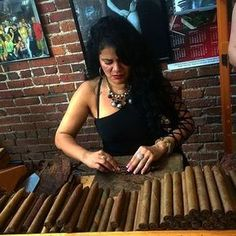I know this lady! She owns a shop in Ybor. Her name is Odelma and she is a doll! Crafting hand rolled cigars is a fine art that takes an expert to get it perfectly. These are the 4 main cigar bunching techniques that they have mastered. Cigars And Women, Women Smoking Cigars, Cigar Smoking, Girl Smoking, Smoking Pipes, Smoking Room, Whisky, Cigars And Whiskey, Cuban Cigars