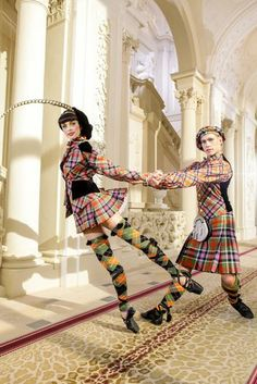 Punk Grand-plié - Vivienne Westwood for the costumes of the Wien State Ballet at the New Year's concert by the Wien Philarmonic Orchestra Tartan Fashion, Look Fashion, Fashion Design, High Fashion, Vienna New Year Concert, Vivienne Westwood Designs, Tartan Mode, Tartan Plaid, Wiener Philharmoniker
