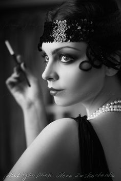 Beautiful young woman close up portrait in retro flapper style headband bw Vogue style vintage Flapper Makeup, 1920s Makeup, Roaring 20s Makeup, 20s Fashion, Vogue Fashion, Vintage Fashion, Fashion Women, Flapper Fashion, Cheap Fashion
