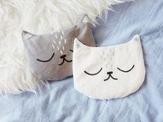 Kostenlose DIY Anleitung: Süßes Körnerkissen in Katzenform nähen / free diy tutorial: how to sew a cute cat shaped grain pillow via DaWanda.com