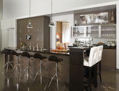 En mélanine cette cuisine est invitante grâce à son comptoir de granit à 2 niveaux et ses portes en aluminium.