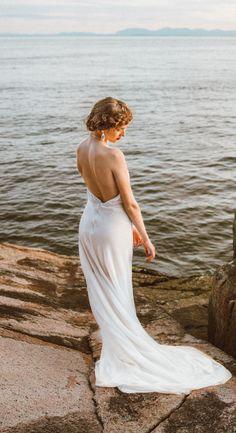 Absolutely Gorgeous Backless Wedding Dresses from Etsy Glamorous Dresses, Stunning Dresses, Hollywood Glamour Wedding, Classy Wedding Dress, Low Back Dresses, Couture Wedding Gowns, Backless Wedding, Colored Wedding Dresses, Boho Bride