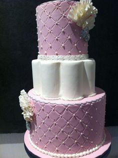 Tarta rosa de 3 pisos con capitone y perlitas decoradas con volantes y botones plata
