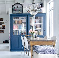 Style At Home, Living Colors, Sweet Home, Muebles Living, Blue Cabinets, Cupboards, Glass Cabinet Doors, Home Living Room, Dining Area