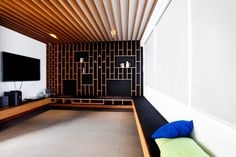 Una sala de TV personalizada para una sala de entretenimiento.