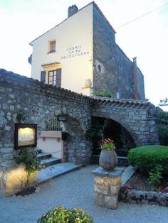 Provence style curved stone archways - dreamy! :))