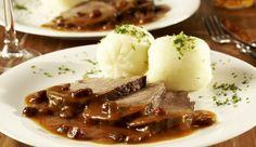 Der Rheinische Sauerbraten mit leckeren Kartoffelknödel ist genau das Richtige für ein deftiges Sonntagsessen. Die Wacholderbeeren und Rosinen geben dem Gericht noch zusätzlich eine fruchtige Note
