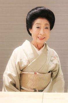 ゲスト◇久松(Hisamatsu)3月3日の雛祭りの日に、三代続く生粋の江戸っ子として、日本橋人形町に生まれる。15歳でお雛妓さんとしてお座敷にあがり、19歳で芸妓として一本立ちを迎えた。おりしも高度経済成長の波にわく活気溢れる日本橋で、400人を超す芸妓衆(当時)の中心として葭町の花柳界を支えてきた。慣わし通りに6歳の6月6日から日本舞踊の稽古を初め、以降お囃子、小唄、長唄、常磐津、祭囃子・・・といろいろな芸事に精進。明治座をはじめ数々の舞台にも上がり、現在に至るまで芸能者としての研鑽を積んでおり、とくに舞踊、お囃子においては名手として知られている。歌舞伎界との親交も深く、長唄や常磐津、鳴物などの各派の会に招かれることも多い。舞台に留まらず最近では映画「力道山」でお座敷シーンへ芸妓として出演するとともに、この場面での出演者への指導もこなした。現在も葭町の見番に籍をおきながら、置屋のお母さんとして、また芸妓としてお座敷に上がり多忙な日々を送る。主なお出先は、玄冶店でも有名な老舗料亭「濱田屋」。