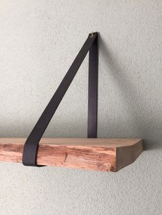 Leren plankdragers en verschillende soorten houten planken.
