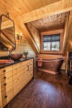 Современный дизайн с деревянной мебелью, стенами и потолком ,выглядит по-новому, оригинально и модно. Единый стиль отдельно стоящей купели, раковины, зеркала, сантехники и аксессуаров в бронзовых тонах придают ванной комнате шарм и неповторимый дизайн. #деревянная_ванная_комната #бронзовые_тона #отдельно_стоящая_ванная