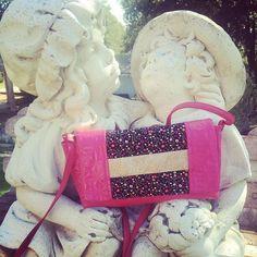 Béné La Bidouille sur Instagram: 💝 Pochette cachotin modifiée en sac à bandoulière XXL de @patrons_sacotin en simili rose et liberty noir 🥰 . #sacaddict #cachotin #sacotin…