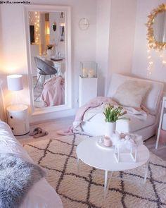 Spiegeltje, spiegeltje aan de wand, wie heeft de meest stylish slaapkamer van het land? Ongetwijfeld jij als je aan de slag bent gegaan met de items uit onze selectie! Met elegante nachtkastjes, trendy fluwelen poefs & bankjes, extravagante bijzetters en andere toffe accessoires, verander je de ruimte in een mum van tijd in een slaapparadijs met allure.📷 @villa.snowwhite // Bedroom Glam Glamour Goud Modern #slaapkamerstyling #slaapkamerinspiratie