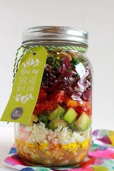 Deze winterse salade van bloedsinaasappel, radicchio, munt, avocado en feta is lekker verfrissend en licht, en voldoende pittig. Dé perfecte salad in a jar!