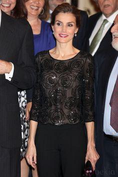 La Reina Letizia en el Premio Francisco Cerecedo 2014 Queen Rania, Queen Letizia, Kaftan, Afghan Clothes, Estilo Real, Fashion Capsule, Royal Fashion, Capsule Wardrobe, Vogue