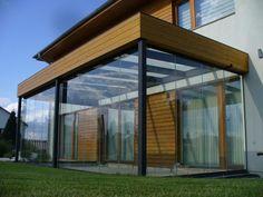 Zastřešená terasa s dřevěným prvkem.