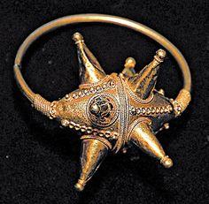 Колт - древний ювелирный шедевр. Это элемент древнерусского женского украшения, которое прикрепляли к одежде - оно считалось магическим оберегом.
