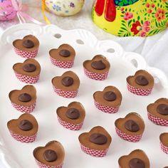 Kolan består av en kolabotten med en hasselnöt i och ett överdrag av nougat. En klick mörk choklad pryder toppen.
