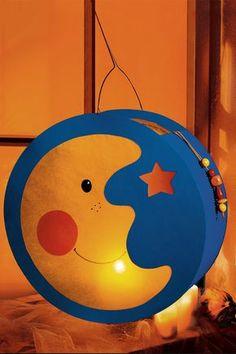 Laterne, Laterne - Sonne Mond und Sterne. Das ist mit unserer Step By Step-Bastelanleitung wörtlich zu nehmen. Mit Gratis-Vorlage zum Download. © 2015 Christophorus Verlag GmbH & Co