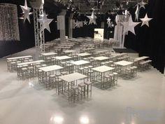 In einer Münchner Location wurden die Stehtische der White Serie mit weißen Barhockern aufgebaut Location