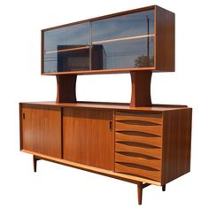 The Mid Century Modern Room Divider Rules! Of all the accent pieces we'll be talking about this week, the room divider is the most essen. Danish Modern Furniture, Retro Furniture, Recycled Furniture, Mid Century Modern Furniture, Furniture Storage, Furniture Ideas, Mid Century Decor, Mid Century House, Modern Room