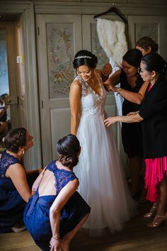 Villa Terrace Milwaukee Wedding. Photo by Anna Page Photography. Bride getting ready.