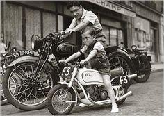 Père et fils à moto, Paris, 1951