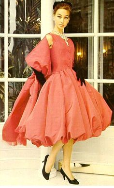 Vintage Dresses The Elegance of Christian Dior More - Christian Dior January 1905 – 23 October was a French fashion designer, best known as the founder of one of the world's top fashion houses, also called Christian Dior. Vintage Vogue, Vintage Glamour, Vintage Dior, Vintage Gowns, Vintage Couture, Vintage Hats, Fifties Fashion, Retro Fashion, Vintage Fashion