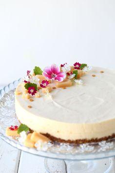Omar-juustokakku vadelmilla - Suklaapossu Fancy Desserts, Fancy Cakes, Summer Desserts, Sweet Desserts, A Food, Good Food, Food And Drink, Yummy Food, Cheesecakes