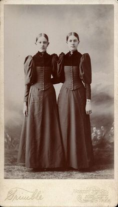 ▫Duets▫ sisters, twins & groups of two in art and photos - late Victorian girls Victorian Photos, Antique Photos, Vintage Pictures, Vintage Photographs, Old Pictures, Vintage Images, Old Photos, Victorian Dresses, Vintage Abbildungen
