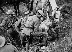 September 1918: Rendering first aid to a wounded Canadian soldier / Administrant les premiers soins à un soldat canadien blessé