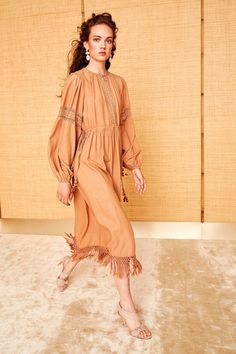 Vintage Fashion Ulla Johnson Resort 2018 Collection Photos - Vogue - The complete Ulla Johnson Resort 2018 fashion show now on Vogue Runway. Fashion Mode, Fashion 2018, Fashion Week, Womens Fashion, Fashion Trends, Dress For Summer, Summer Dresses, Vogue, Moda Boho