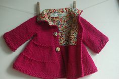 Baby + Toddler Tiered Coat and Jacket Knitting : Lined Tiered Baby Coat Knitting For Kids, Baby Knitting Patterns, Baby Patterns, Knitting Wool, Wool Yarn, Cardigan Bebe, Baby Cardigan, Crochet Baby Jacket, Pull Bebe