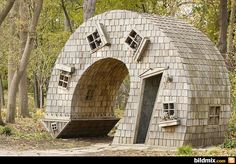 Funny pictures about Leaning Tower In The Woods. Oh, and cool pics about Leaning Tower In The Woods. Also, Leaning Tower In The Woods photos. Unusual Buildings, Interesting Buildings, Amazing Buildings, Upside Down House, Crazy Houses, Weird Houses, Unique House Design, Unusual Homes, Exotic Homes