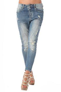 Jeans con detalle de tachuelas y strass
