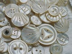Nacre Mother of pearl buttons Vintage Sewing Notions, Vintage Sewing Machines, Sewing Spaces, Sewing Rooms, Button Art, Button Crafts, Button Type, Crochet Vintage, Needle Book