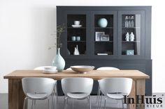 Een modern Scandinavisch interieur. De meubels op deze afbeelding zijn in verschillende uitvoeringen verkrijgbaar. Voor meer informatie over de meubels neem dan contact met ons op via info@inhuisinterieur.nl of neem een kijkje op onze website.  #In #Huis #Meubelen #Kast #Maatwerk #Hout #Interieur #Inspiration #Inspiratie #Wit #Grijs #Interior #Modern #Living #Wandkast #Furniture #Wardrobe #Closet #Eetkamer #Eettafel #Eetkamer #Stoel #Interieur