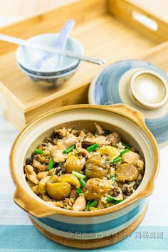 The rice absorbs all the flavours of the chicken and mushroom. Both of the fragrance and taste of this claypot rice are so good that's beyond your imagination.